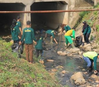 Kerja Bakti Membersihkan Sungai Cikambuy di Kawasan Industri Cikande